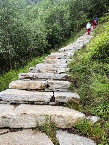 Reinebringenin huipulle johtavat kivipiortaat.