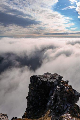 Ryten-vuoren näkymiä pilvien yläpuolella.