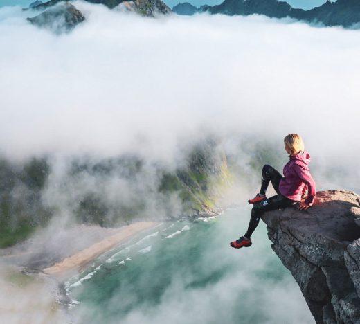 Retkeilijä istumassa Ryten-vuoren reunamalla.