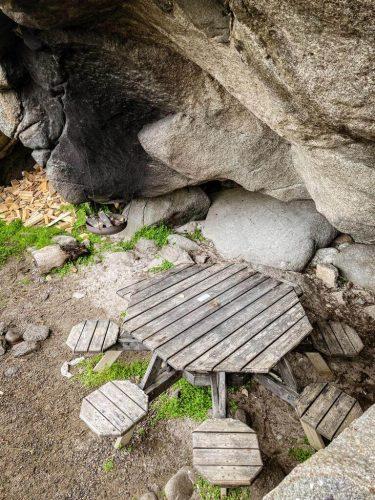 Taukopaikka kallion kupeessa Hauklandin ja Uttakleivin välisellä kävelyreitillä.