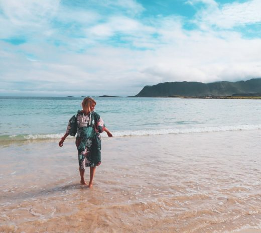 Bloggaaja pyyheponchossa Rambergin rannalla.
