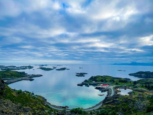 Maisemakuva merelle Festvågtind-vuoren rinteiltä.