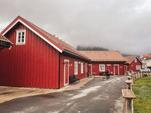 Punainen mökkikylä Svolvaerissa.