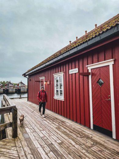 Svolvaerin punaisia rakennuksia laiturilla.