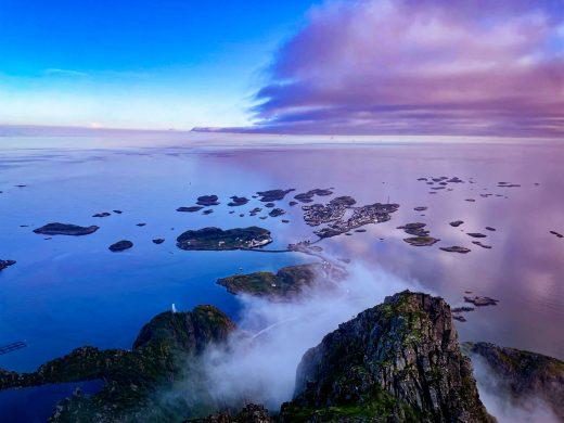 Näkymät merelle ja kohti Henningsvaeria Festvågtind-vuoren huipulta.