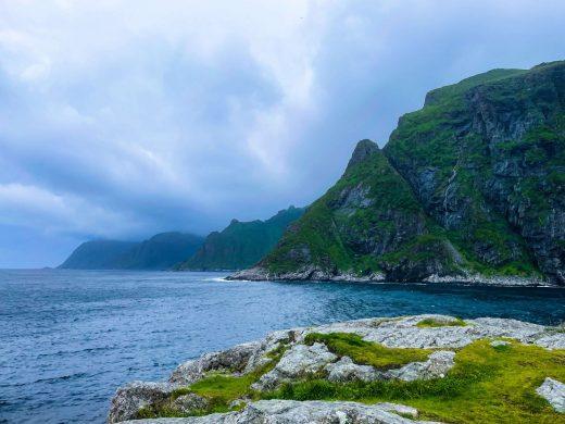 Å:n meri- ja vuorimaisemaa.
