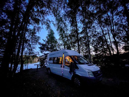 Transit retkeilyauto parkissa illan hämärässä Porvoon Köttbodassa.