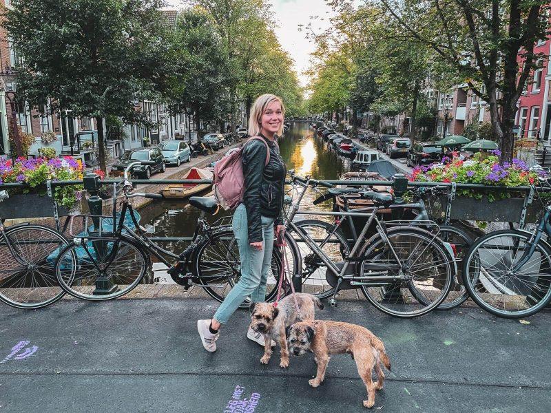Bloggaaja ja borderterrierit kanaalin yli vievällä sillalla Amsterdamissa.